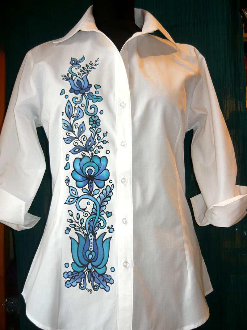 e37d83252f Fehér blúz kék matyó motívummal – Varró Gabi selyemfestő