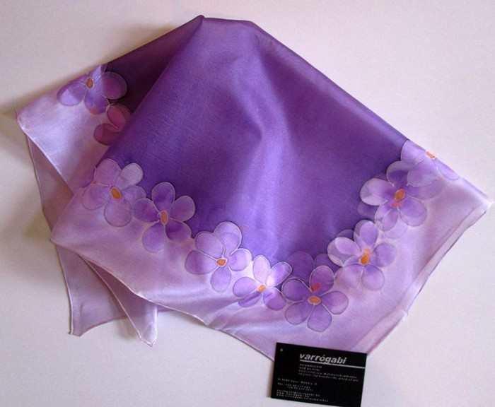 lila virágos selyemkendő