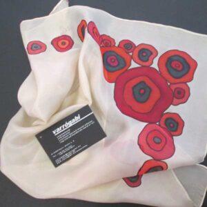 Piros virágos selyemkendő